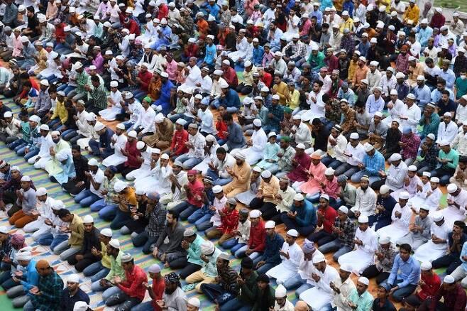 21일 인도 펀자부주 암리차르의 한 사원에 이슬람 축제인 에이드 알-아다를 맞아 무슬림들이 기도를 하고 있다. 암리차르/AFP 연합뉴스
