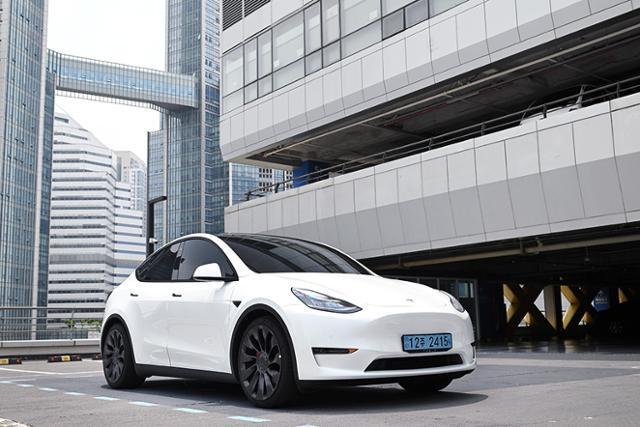 테슬라의 전기차, 모델 Y 퍼포먼스는 우수한 성능을 바탕으로 '전기차의 가치'를 강조한다.