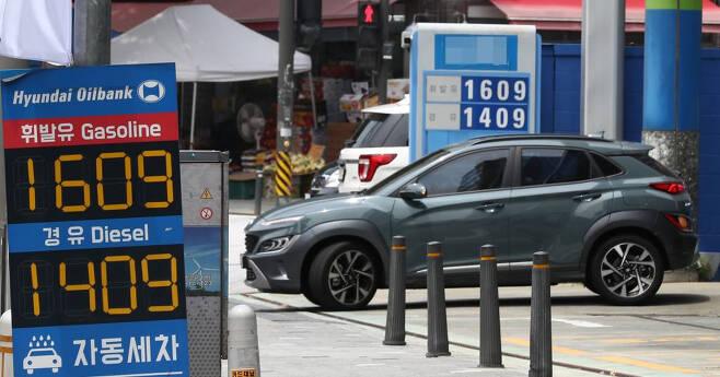 [서울=뉴시스]이영환 기자 = 전국 주유소 휘발유 평균 가격이 2018년 11월 이후 2년 9개월만에 리터당 1600원을 돌파한 6일 오후 서울 시내의 한 주유소에 유가정보가 표시되어 있다. 이날 한국석유공사 유가정보 서비스 오피넷에 따르면 6월 5주 주유소 휘발유 가격이 9주 연속 상승, 리터당 1600.9원을 기록했다. 전문가와 정유업계는 국내 휘발유 가격이 국제 가격을 2~3주 시차를 두고 따라가는 만큼 더 오를 여력이 크다고 전했다. 2021.07.06. 20hwan@newsis.com