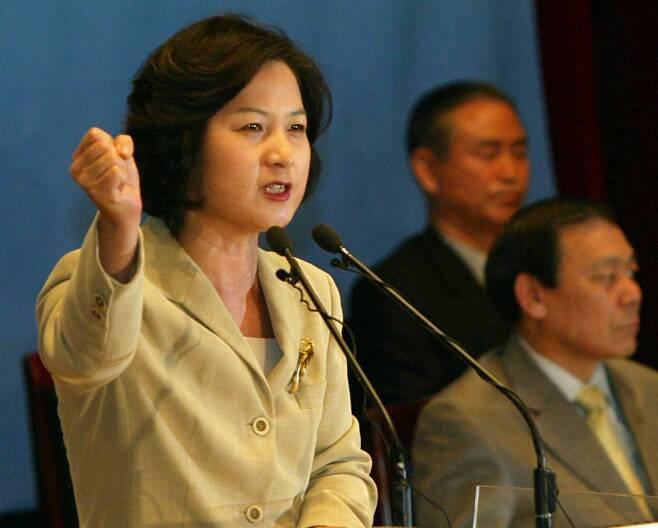추미애 민주당 상임중앙위원이 2004년 3월 16일 오후 당사에서 열린 서울지역 확대당직자회의에서 탄핵의 당위성과 당을 위한 단합을 역설하고 있다. /조선DB