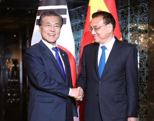 2017년 11월 13일 필리핀 마닐라 소피텔 호텔에서 만난 문재인 대통령과 리커창 중국 총리. 김상선 기자