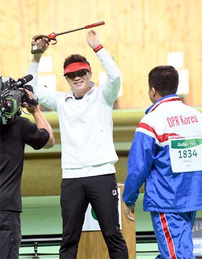 2016년 리우올림픽 남자 50m 권총에서 금메달을 딴 뒤 환호하고 있는 진종오.  [매경DB]