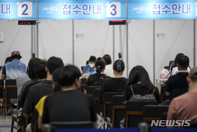 [서울=뉴시스] 정병혁 기자 = 0시 기준 1차 백신 접종률이 31.7%로 집계된 20일 오후 서울 마포구 마포구체육센터에 설치된 예방접종센터를 찾은 시민들이 백신 접종을 받기 위해 대기하고 있다. 2021.07.20. jhope@newsis.com