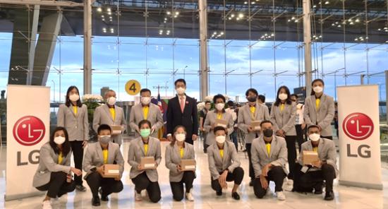 도쿄올림픽에 출전하는 태국 선수단이 LG전자가 8월부터 글로벌 시장에 출시할 예정인 2세대 전자식 마스크를 쓰고 방콕 공항에서 기념촬영하고 있다.[사진제공=LG전자]