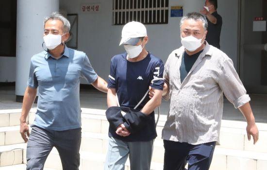 제주에서 중학생을 살해하고 도주한 혐의를 받는 백모씨가 21일 오후 구속 전 영장실질심사를 받기 위해 제주동부경찰서에서 제주지법으로 이송되고 있다. [이미지출처=연합뉴스]
