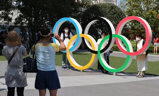 22일 시민들이 개막식이 열릴 도쿄올림픽스타디움 앞 오륜기 조형물에서 기념촬영을 하고 있다. 도쿄=올림픽사진공동취재단