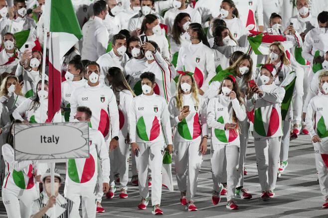 이탈리아 선수단의 단복이 야후스포츠로부터 '최악의 유니폼'으로 꼽혔다.   AP연합뉴스