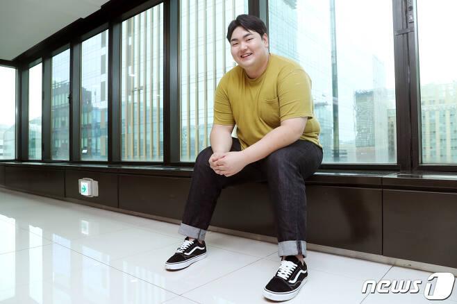 배우 손보승이 뉴스1과의 인터뷰에 앞서 포즈를 취하고 있다. /뉴스1 © News1 민경석 기자
