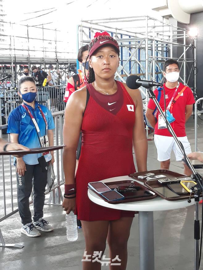 일본 테니스 스타 오사카 나오미가 25일 도쿄올림픽 여자 단식 1회전을 마친 뒤 인터뷰에서 취재진의 질문을 듣고 있다. 도쿄=노컷뉴스