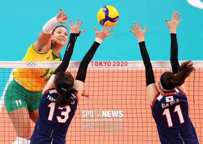 ▲ 브라질 탄다라 카이세타(왼쪽)가 25일 일본 도쿄 아리아케아레나에서 열린 도쿄올림픽 A조 조별리그에서 한국을 상대로 공격을 시도하고 있다.