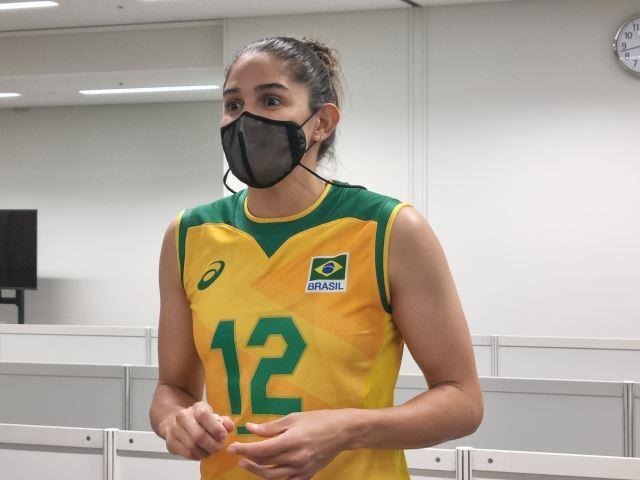 지난 25일 한국과의 도쿄올림픽 A조 1차전 경기가 끝난 뒤 믹스트존에서 기자들과 만난 브라질의 레프트 나탈리아 페레이라.