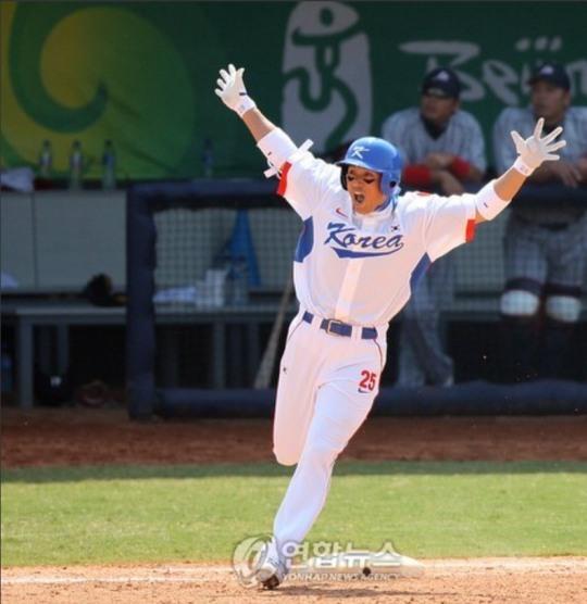 2008년 베이징 올림픽 일본과의 준결승전에서 8회에 역전 2점 홈런을 날린 이승엽이 환호하며 베이스를 돌고 있다,