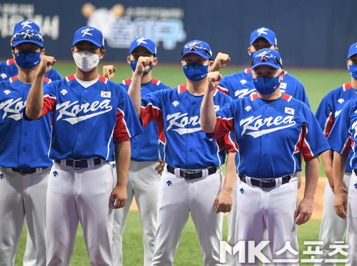 김경문 감독과 이의리(왼쪽) 등 대표팀 선수단이 출정식에서 파이팅을 하고 있다.