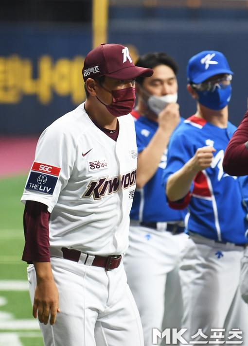 홍원기 키움 감독이 경기 후 김경문 감독을 찾아가 올림픽 선전을 응원했다.
