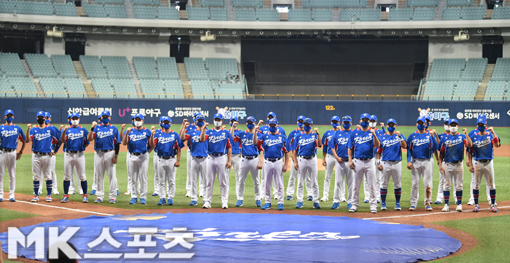 야구대표팀 전원이 올림픽 출정식을 마무리하면서 파이팅을 외치고 있다.