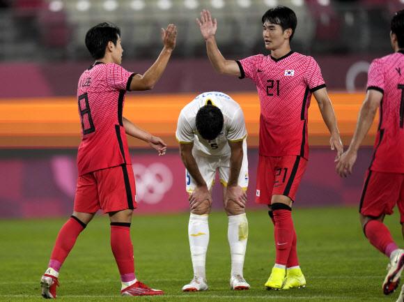 김학범 감독이 이끄는 한국 올림픽 대표팀은 25일 도쿄올림픽 조별리그 B조 2차전에서 전반 27분 상대팀인 루마니아의 자책골에 이어 후반 14분 엄원상의 추가골, 후반 39분과 후반 45분에 이어진 이강인의 멀티골로 4-0 대승, B조 선두로 올라섰다. 2021-07-25 AP연합