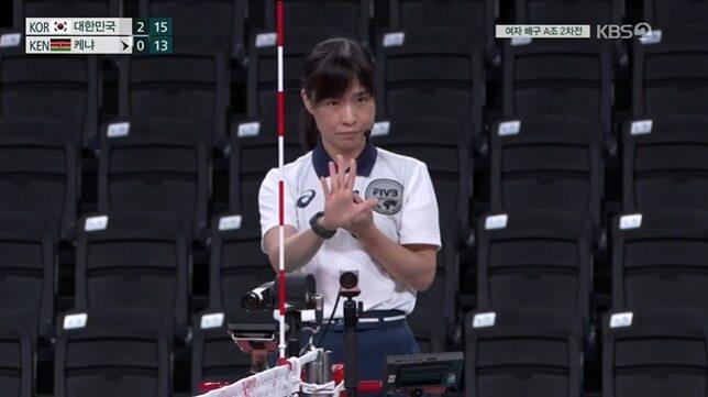 여자배구 A조 조별리그 2차전에서 주심을 맡은 일본 국적의 묘이 수미에 심판. KBS