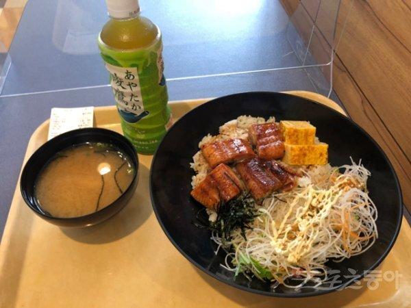 2020도쿄올림픽 메인프레스센터(MPC) 구내식당에서 주문한 스포츠동아 취재진의 한끼 식사. 장어덮밥과 된장국, 녹차 한 병을 더해 총 1780엔(약 19000 원)이다. 도쿄 | 강산 기자