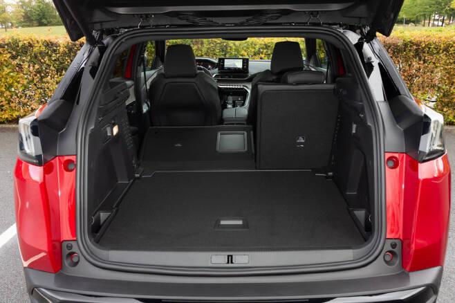 푸조 3008 SUV 실내 트렁크 공간.