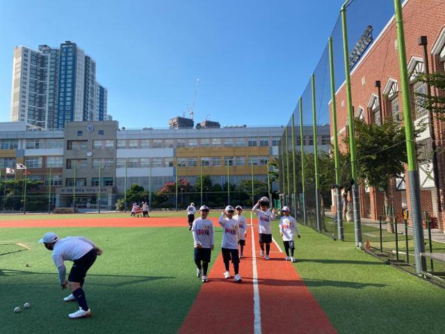 대구 본리초등학교 야구장. 아이들이 보다 능률적이고 안전한 공간에서 야구 선수의 꿈을 키워가고 있다. 박상은 기자