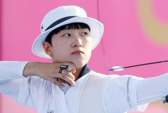 여자 양궁대표 안산이 지난 25일 일본 유메노시마 공원 양궁장에서 열린 도쿄올림픽 여자 양궁 단체전 경기에서 활을 쏘고 있다. 연합뉴스