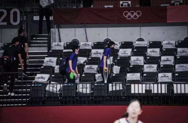 목발을 짚고 경기장에 복귀하는 코가 사리나. 온라인 커뮤니티 캡처