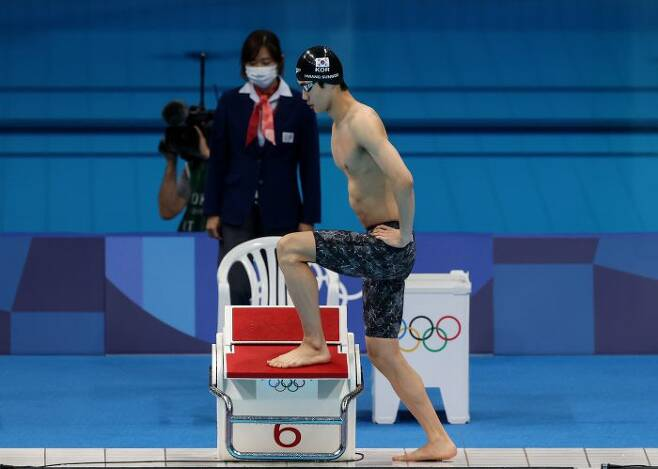 황선우가 29일 오전 일본 도쿄 아쿠아틱스 센터에서 열린 도쿄올림픽 수영 남자 100m 자유형 결승전에서 출발대에 오르고 있다.(사진=연합뉴스)