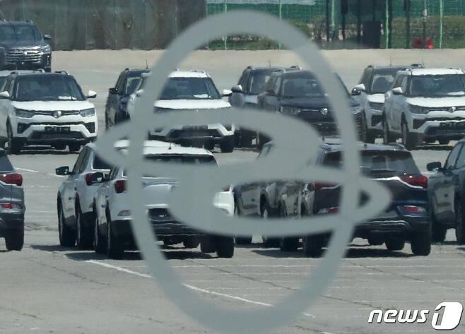 평택시 쌍용자동차 평택출고센터에 차량이 주차돼 있다.  /뉴스1 © News1 김영운 기자