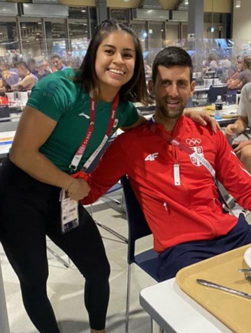멕시코 역도 선수 아나 로페스 페레르(왼쪽)도 선수촌 식당에서 만난 조코비치와 어깨동무를 한 사진을 올리며 '위대한 조코비치와 함께'라고 적었다.아나 로페스 페레르 인스타그램