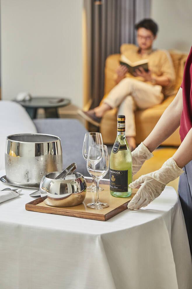 한 호텔리어가 룸 서비스로 얼음과 와인을 제공하고 있다. 사진 윤동길(스튜디오어댑터 실장), 장소협찬 안다즈 서울 강남