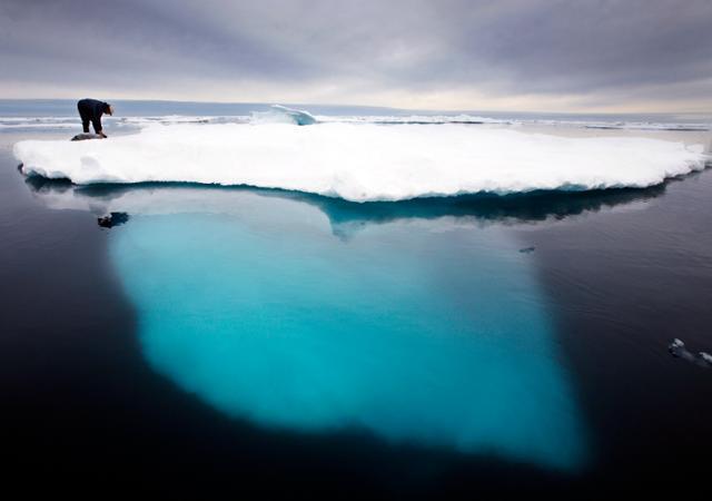 2007년 7월 이누이트족 원주민이 그린란드 아마살리크섬 근처의 빙하에 올라서 있다. 아마살리크=AP 연합뉴스