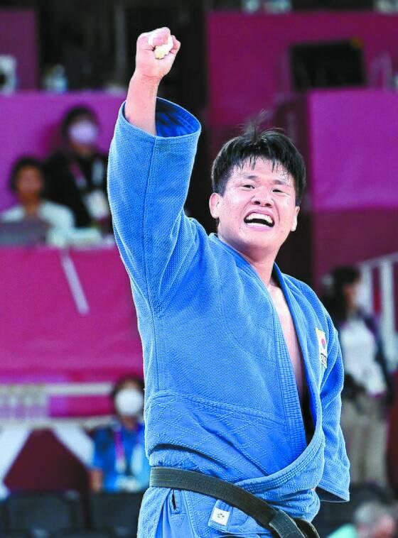 유도 남자 100㎏급 조구함은 무릎 부상을 이겨내고 은메달을 땄다. 한국이 이 체급에서 은메달을 딴 건 17년 만이다. 사진은 조구함이 준결승전에서 승리한 뒤 환호하는 모습. [올림픽사진공동취재단]
