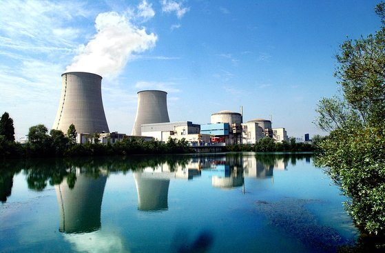프랑스는 원자력 발전 비율이 전체의 70%가 넘는 세계 1위의 원자력 국가다. 사진은 프랑스의 수도 파리 근교에 있는 노장 원자력 발전소. 원전 옆 강은 파리의 상수원인 센강 상류로 원자력 발전소와 파리 시민이 같이 사용한다. 중앙포토