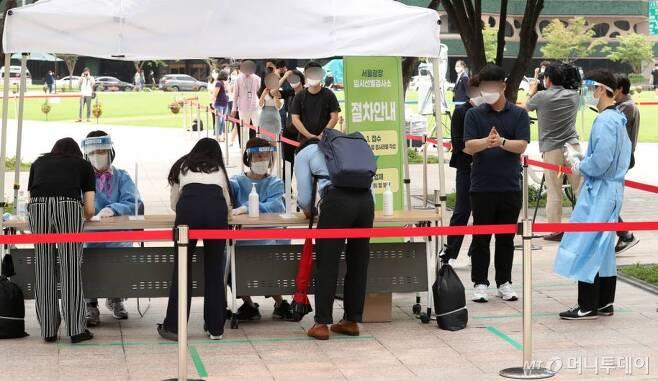 수도권 지역 '코로나19' 신규 확진자가 1316명 발생한 9일 중구 서울시청 앞 광장에 마련된 임시 선별진료소에서 시민들이 검사를 위해 대기하고 있다. /사진=김휘선 기자 hwijpg@