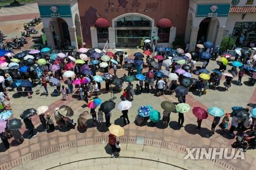코로나19 검사를 위해 줄 선 중국 장쑤성 난징(南京) 주민들 [신화=연합뉴스 자료사진]