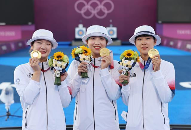 25일 일본 유메노시마 공원 양궁장에서 열린 도쿄올림픽 여자 양궁 단체전에서 금메달을 획득한 여자 양궁 국가대표 강채영(왼쪽부터), 장민희, 안산이 기념촬영을 하고 있다. 연합뉴스