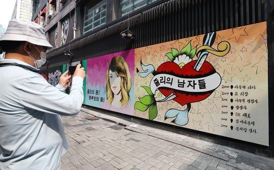 앞서 지난 29일까지는 윤석열 전 검찰총장의 배우자 김건희씨를 비방하는 내용의 벽화엔 미확인 사실관계가 적혀 있었다. 뉴스1