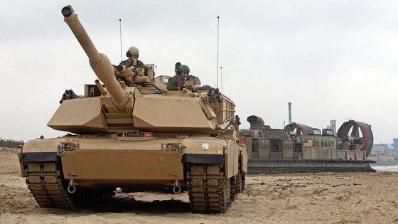 미 해병대가 보유하고 있는 M1 에이브럼스 탱크가 공기부양상륙정 (LCAC)에서 내려 해변에 상륙하고 있다. 사진 미 해병대