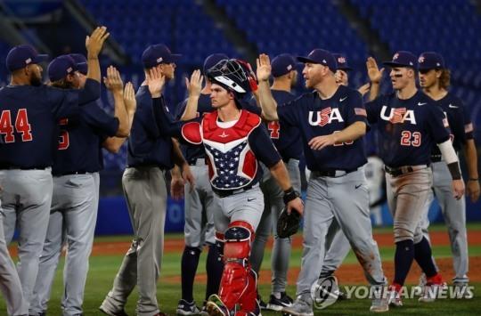 미국 야구대표팀 선수들이 30일 일본 가나가와현 요코하마 스타디움에서 열린 2020 도쿄올림픽 야구 B조 조별리그 이스라엘과 경기에서 완승한 뒤 하이파이브를 하고 있다. [로이터=연합뉴스]