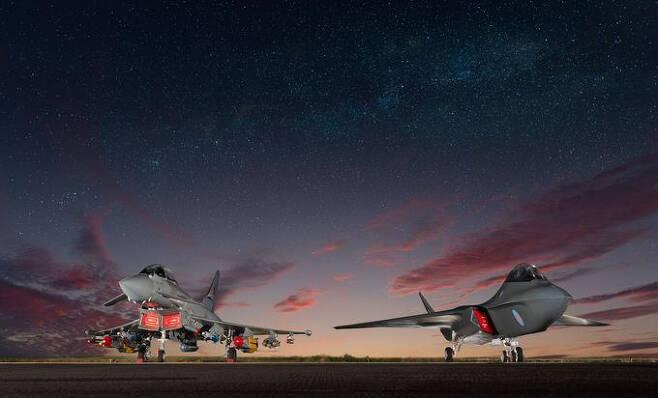 해질녘 활주로에 템페스트와 타이푼 전투기가 지상에 나란히 주기되어 있는 모습을 그린 상상도. BAE 시스템스 제공