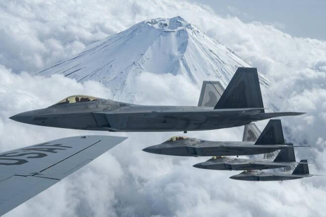 미 공군 F-22 편대가 일본 후지산 상공을 비행하고 있다. 미 공군 제공