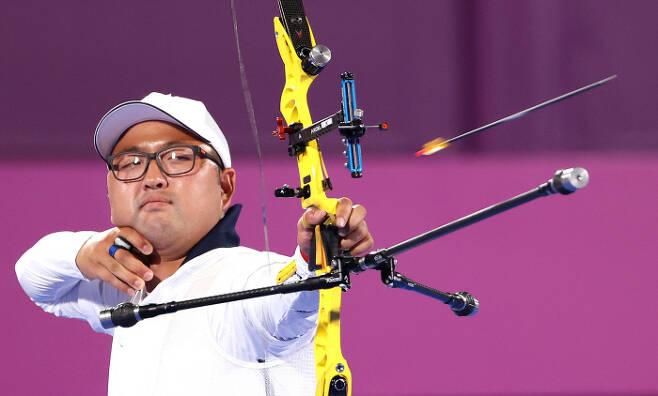 올림픽 양궁대표팀 김우진이 28일 일본 도쿄 유메노시마공원 양궁장에서 열린 도쿄올림픽 남자 개인전 32강에서 프랑스 피에르 플리옹을 상대로 경기를 펼치고 있다. 김우진은 6-2(27-26 27-29 28-27 29-27)로 이겨 16강에 진출했다. | 연합뉴스