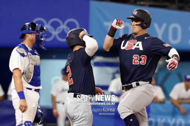 ▲ 미국 타일러 오스틴(오른쪽)이 3회 2점 홈런을 날린 뒤 기뻐하고 있다.