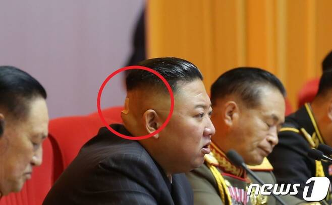 (평양 노동신문=뉴스1) 주석단에 앉은 김 위원장이 뒤통수에 손바닥만한 파스(왼쪽 붉은 원)를 붙이고 있는 모습이 눈에 띈다. [국내에서만 사용가능. 재배포 금지. DB 금지. For Use Only in the Republic of Korea. Redistribution Prohibited] rodongphoto@news1.kr © 뉴스1