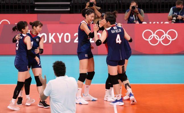 31일 오후 도쿄 아레나에서 열린 2020 도쿄올림픽 여자배구 예선 A조 대한민국과 일본의 경기, 대한민국 김연경이 득점을 얻어내자 기뻐하고 있다ⓒ 뉴시스