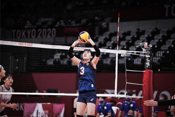 31일 열린 2020 도쿄올림픽 조별리그 일본전에서 토스를 올리는 염혜선. [사진 국제배구연맹]