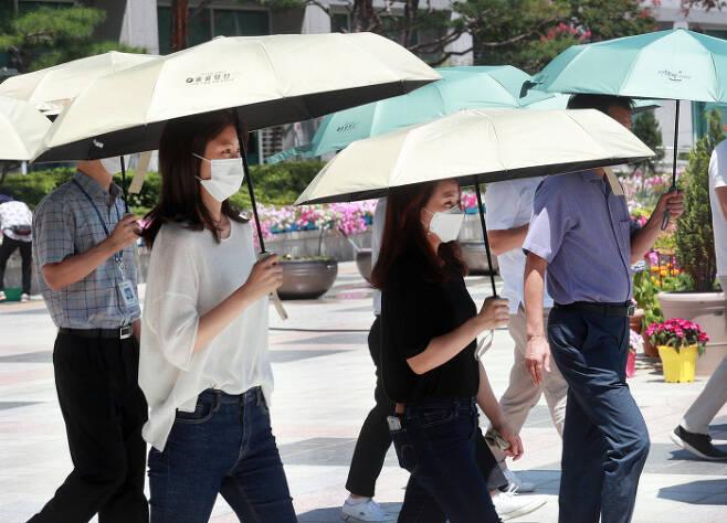 대전 시민들이 양산을 쓴 채 걷고 있다. 대전 서구 제공