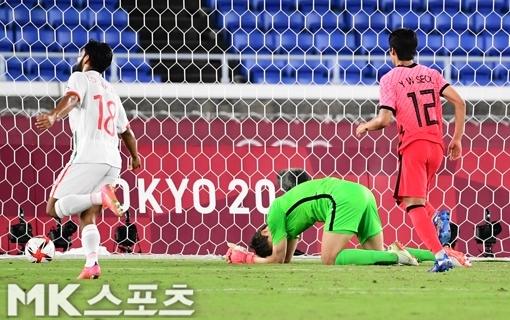 31일 오후 일본 요코하마 인터네셔널 스타디움에서 2020 도쿄올림픽 축구 대한민국과 멕시코의 8강 경기가 벌어졌다. 한국 골키퍼 송범근이 골을 허용한 후 아쉬워하고 있다. 사진(일본 요코하마)=천정환 기자