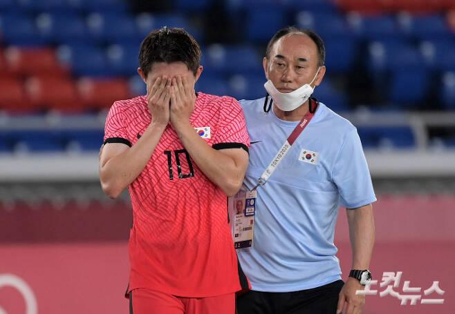 31일 오후 일본 요코하마 국립 경기장에서 열린 2020 도쿄올림픽 남자축구 8강전 대한민국 vs 멕시코 경기. 6대3으로 패배한 대한민국 이동경이 눈물을 흘리고 있다. 요코하마(일본)=이한형 기자