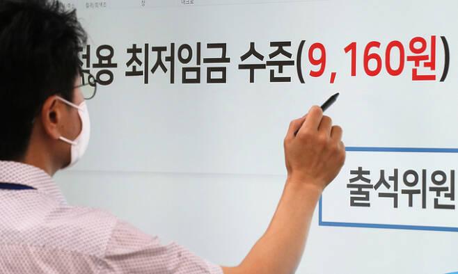 내년도 시간당 최저임금이 올해보다 5.1% 오른 시간당 9천160원으로 결정된 지난 7월 13일 세종시 정부세종청사 전원회의실에서 관계자가 모니터 앞에서 자료를 살피고 있다. 연합뉴스